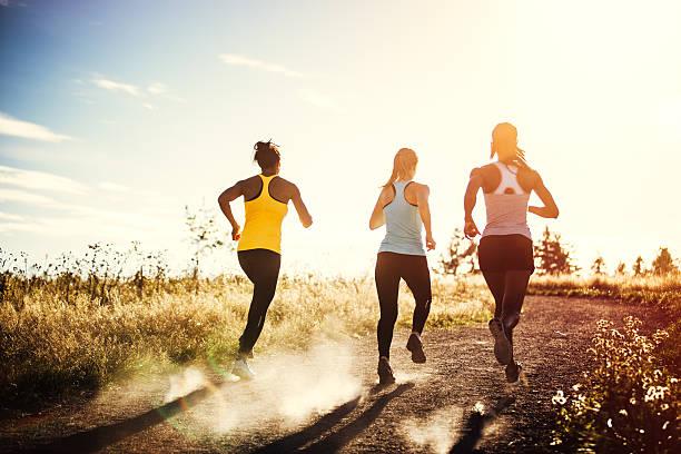 Grupo de mujeres corriendo al aire libre - foto de stock