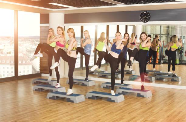 grupo de las mujeres, aeróbicos en el club aptitud física - aeróbic fotografías e imágenes de stock