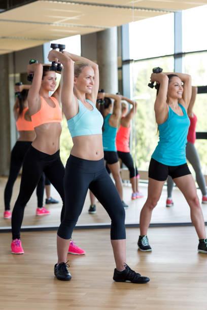 Gruppe von Frauen mit Hanteln im Fitnessstudio – Foto