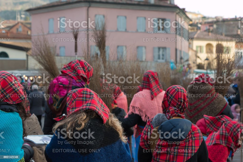 Group of Women with Red Scottish Kerchief and Shawles in Public Ground - foto stock