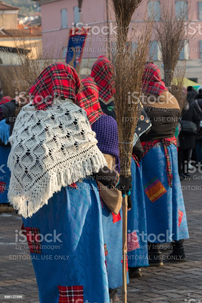 Group of Women with Red Scottish Kerchief, Shawles and Brooms in Public Ground - foto stock