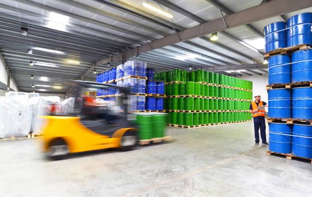 grupo de trabajadores de la industria de la logística de trabajo en un almacén con productos químicos - carro de elevación - química fotografías e imágenes de stock