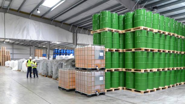 grupo de trabajadores de la industria de la logística de trabajo en un almacén con productos químicos - química fotografías e imágenes de stock