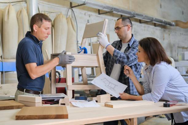Grupo de diseñadores de trabajo en taller de carpintería - foto de stock