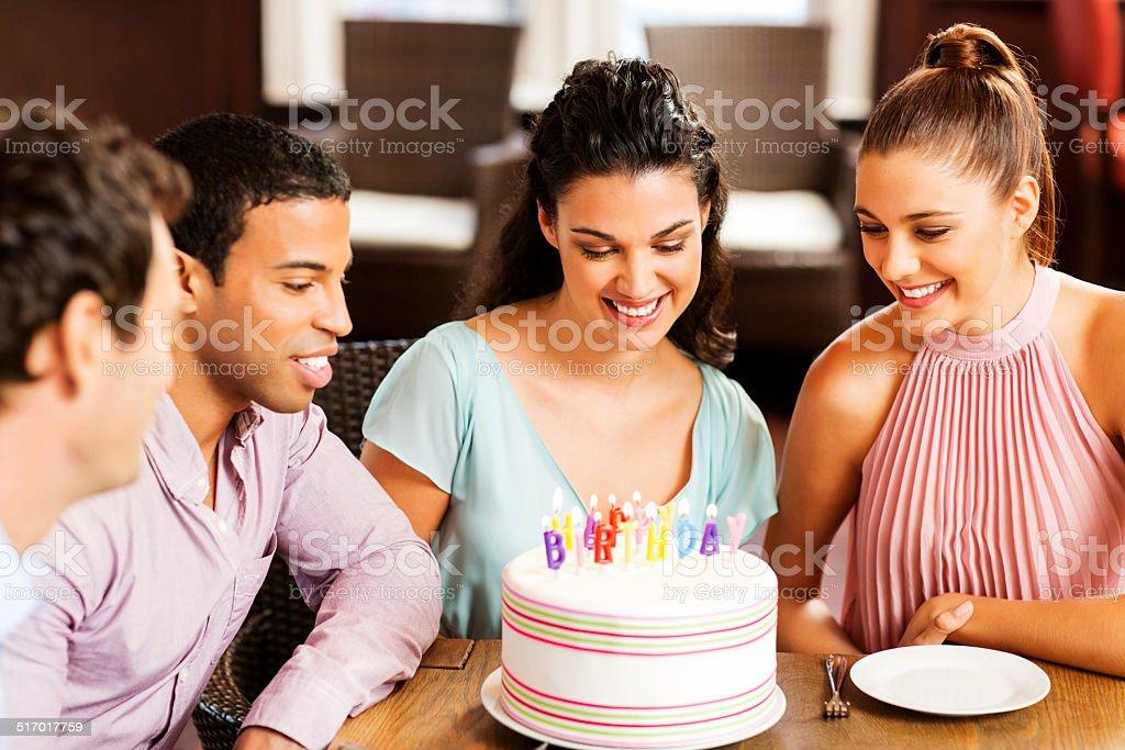 Fotografia De Grupo De Jovenes Amigos Adultos Celebrar Un Cumpleanos - Celebracion-cumpleaos-adultos