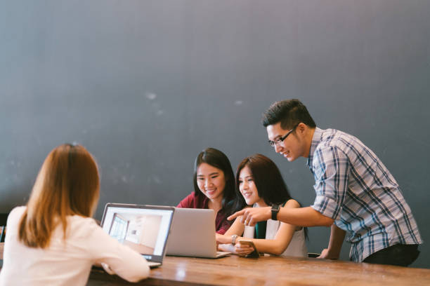チームカジュアルディスカッション、スタートアッププロジェクトビジネスミーティング、ハッピーチームワークブレーンストーミングコンセプト、コピースペース、被写界深度の影響でア� - 大学生 パソコン 日本 ストックフォトと画像