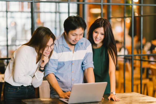 チーム カジュアルなディスカッション、スタートアップ プロジェクト ビジネス会議や幸せなチームワーク ブレイン ストーム概念をコピー スペース、男に焦点を当てる、電界効果の深さで若いアジア ビジネス同僚のグループ - フリーランス ストックフォトと画像