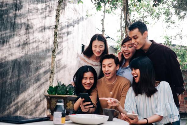 grupo de jovens asiáticos com smartphone - malásia - fotografias e filmes do acervo