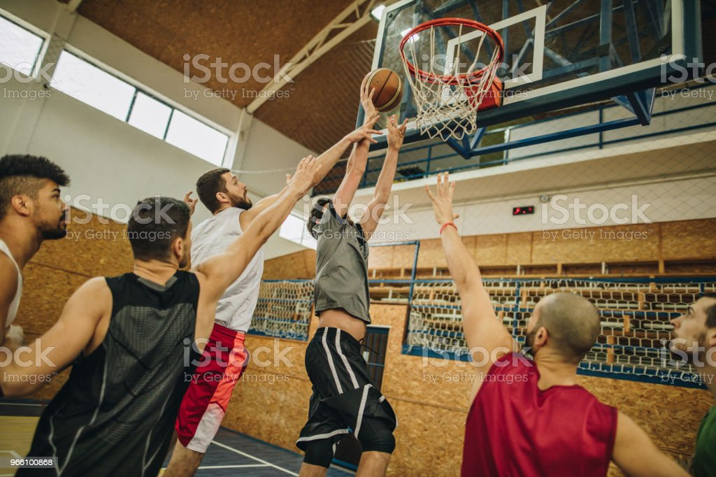 Grupp unga atletiska män spelar basket. - Royaltyfri Afroamerikanskt ursprung Bildbanksbilder