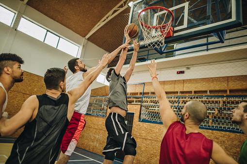 Grupp Unga Atletiska Män Spelar Basket-foton och fler bilder på Afroamerikanskt ursprung