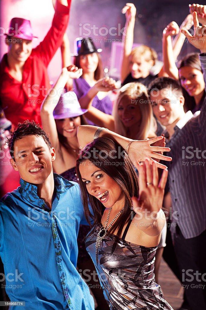Grupa młodych chłopaków i dziewczyny cieszyć się w klub nocny. – zdjęcie