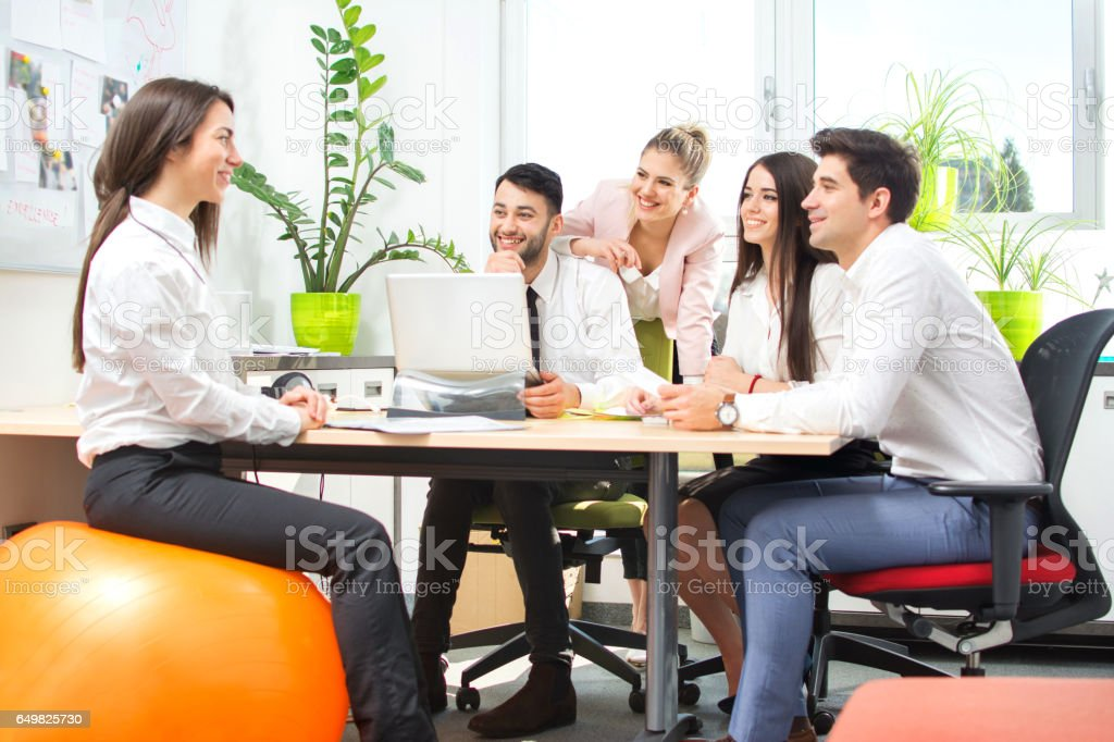 Photo de stock de groupe de jeunes gens daffaires ayant la réunion