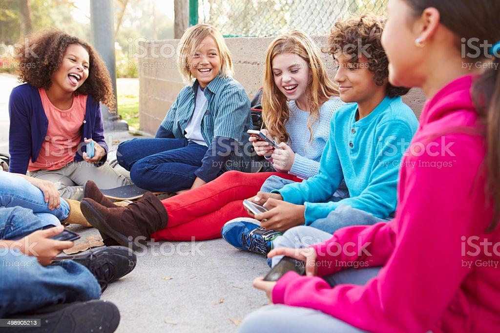 Fotografia De Grupo De Jovenes Amigos En El Patio De Juegos Para