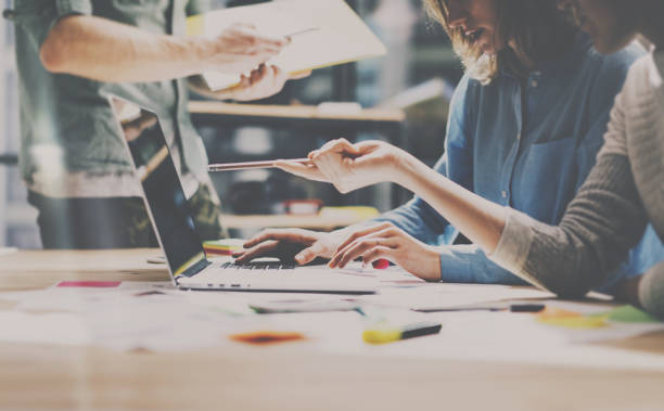 Gruppe von jungen Kollegen arbeiten in modernen Büros zusammen. Frau im Gespräch mit Kollegen über neue Startprojekt. Business-Leute-Brainstorming-Konzept. Horizontal, Farbfilter. – Foto