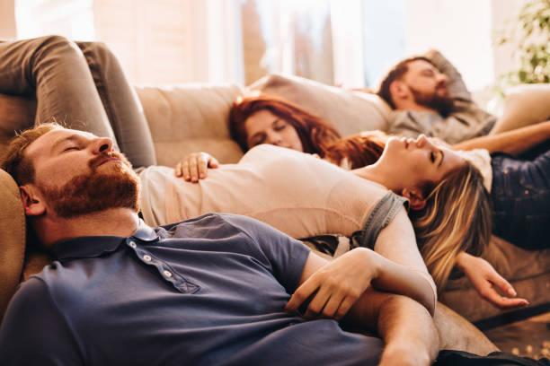 Groupe de jeunes gens ivres, dormir dans le salon. - Photo