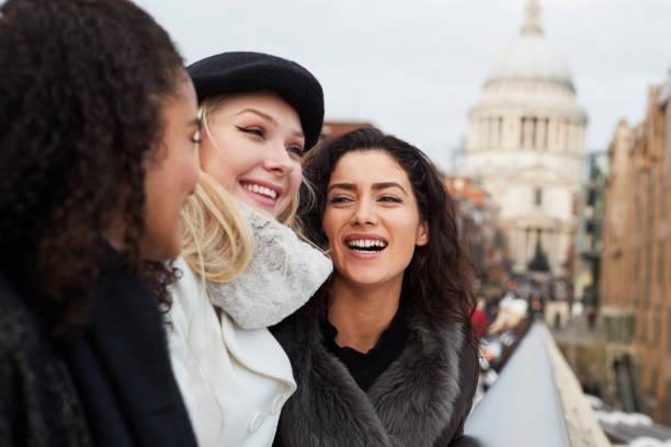 gruppe von jungen weiblichen freunden besuch in london im winter - städtetrip stock-fotos und bilder
