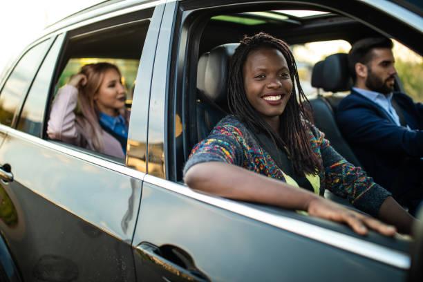Gruppe junger Freunde, die im Auto fahren – Foto