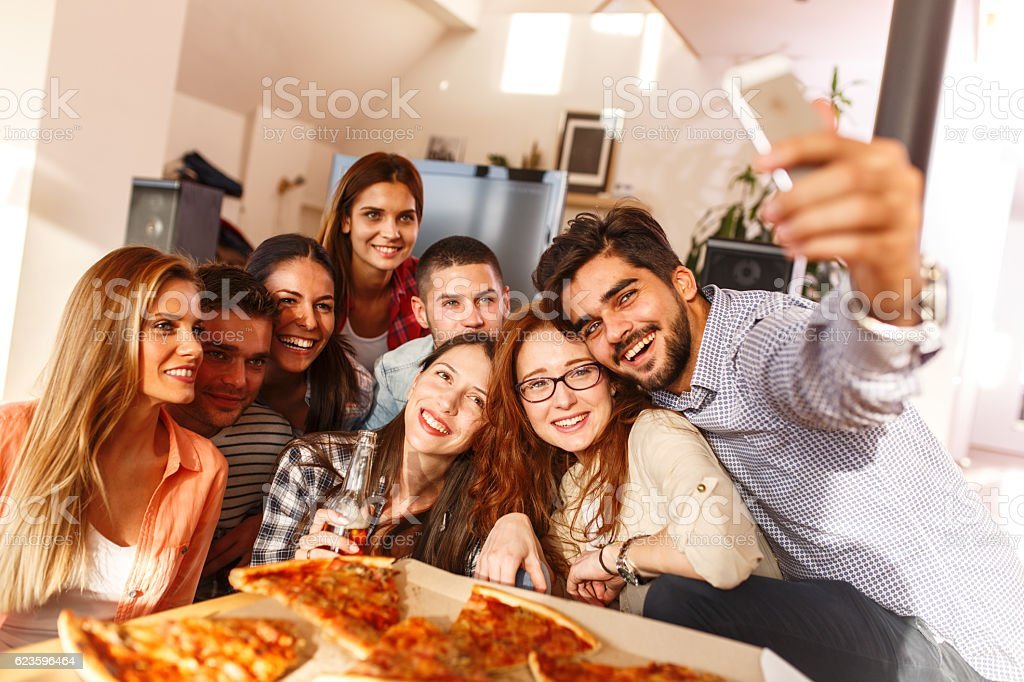 Group of young friends eating pizza - foto de acervo