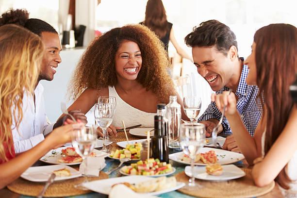 Groupe de jeunes amis profiter de repas dans le Restaurant en plein air - Photo