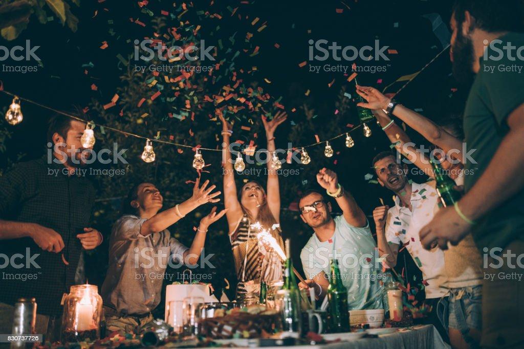 Gruppe junger Freunde, die Spaß an der Geburtstagsfeier – Foto