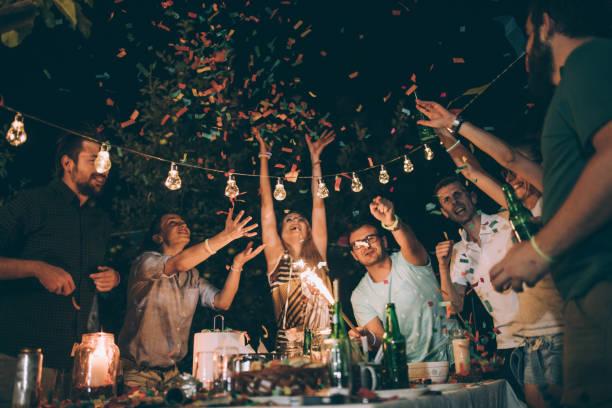 若い友人の誕生日パーティーで楽しいグループ ストックフォト