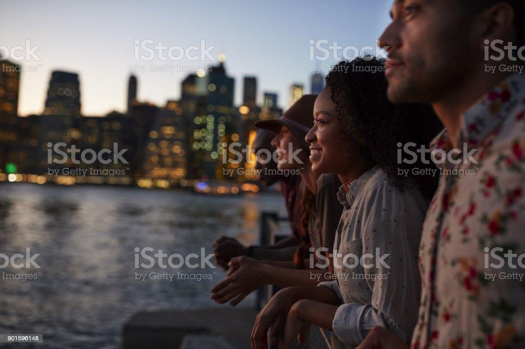 Grupo de jovens amigos em viagem a Manhattan ao entardecer - foto de acervo