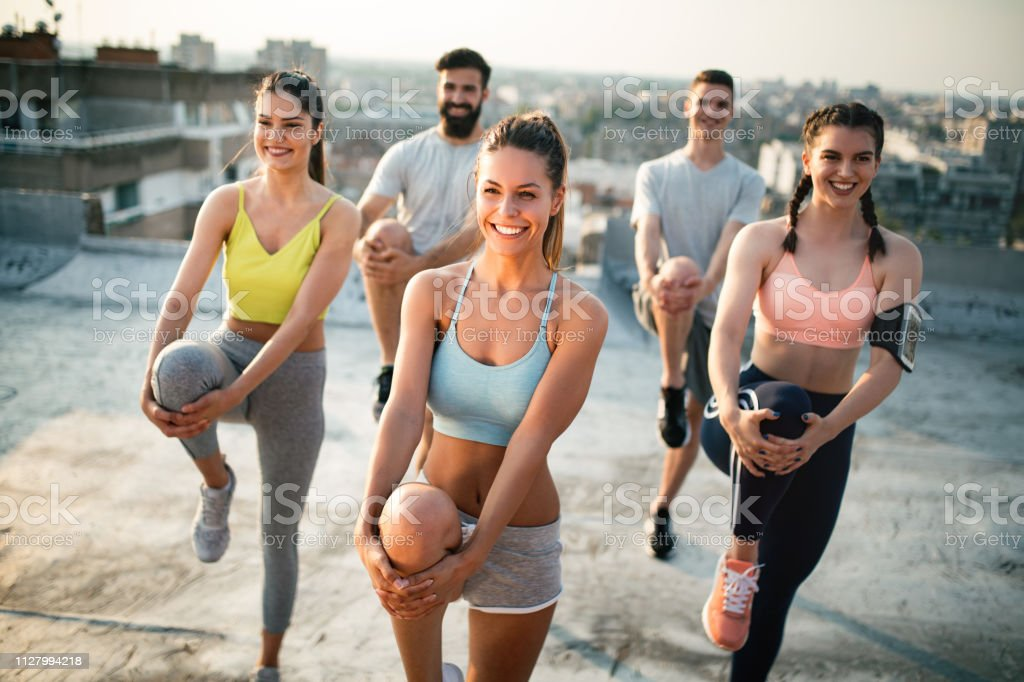 Gruppe von Jugendlichen glücklich Freunde Bewegung in der Natur bei Sonnenuntergang. - Lizenzfrei Aktiver Lebensstil Stock-Foto