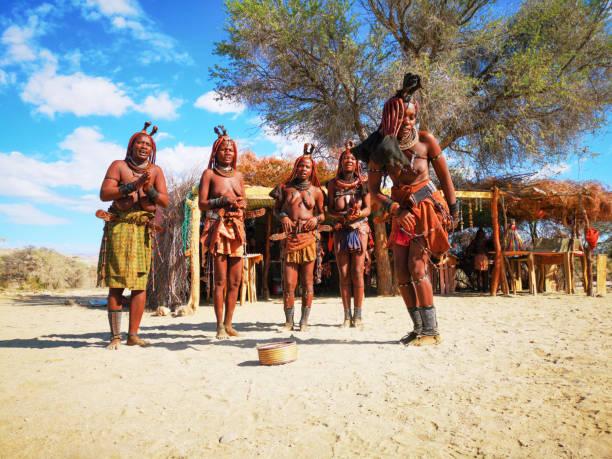 Gruppe junger Himba-Frauen tanzen vor Dorfmarkt – Foto