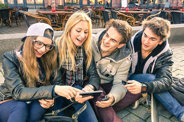 group of young hipster freunde haben spaß zusammen mit smartphone - studieren in deutschland stock-fotos und bilder