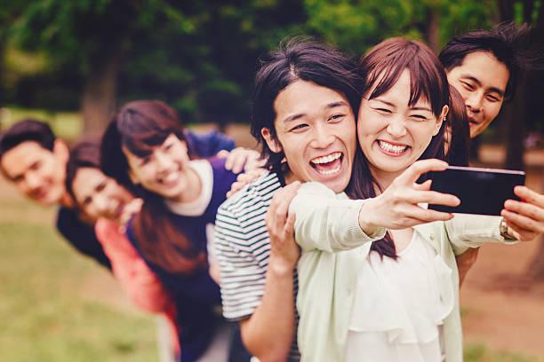 Grupo de jóvenes pueblo japonés que autofoto - foto de stock
