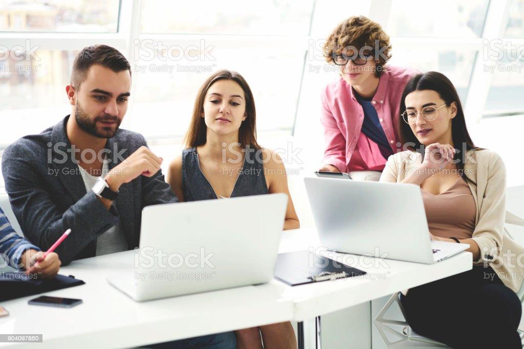 7e12df6de4d Grupo De Jóvenes Periodistas Hombres Y Mujeres En Ropa Casual Debatir Ideas  Sobre El Artículo Y Compartir Opiniones Para Publicación Mientras Navega Por  ...