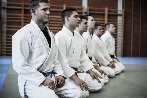 gruppe junger männer in der sportklasse. - asiatischer kampfsport stock-fotos und bilder