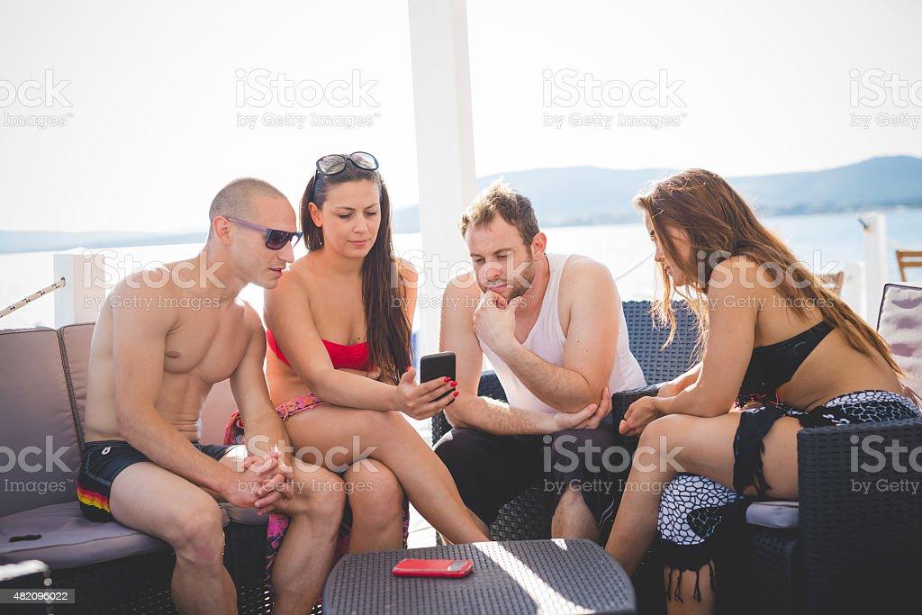Gruppo di giovani amici sulla spiaggia estate multietnico - foto stock