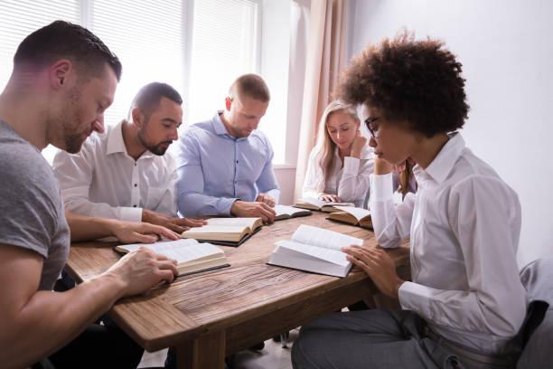 Groep van multi-etnische jongeren lezing Bijbel foto