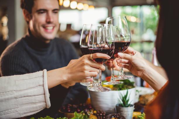 와인의 만나요 유리 크리스마스 파티 저녁 식사를 축 하 하는 젊은 사람의 그룹 - wine 뉴스 사진 이미지