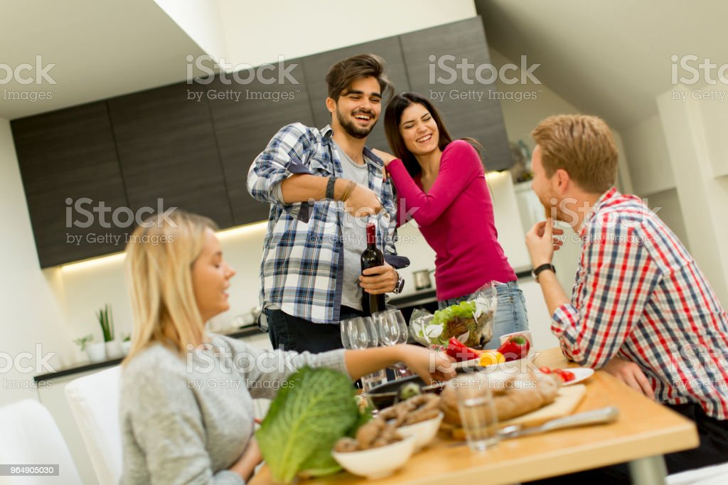 群的年輕人在房間裡喝酒 - 免版稅一起圖庫照片