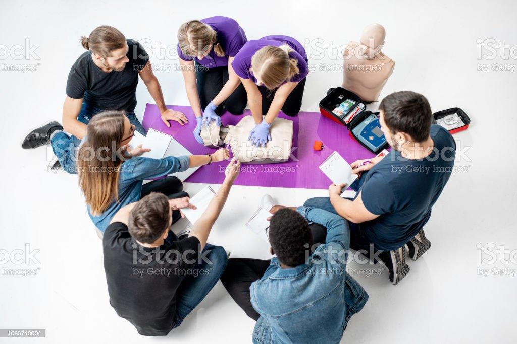 Gruppe von jungen Menschen während der medizinische Erste-Hilfe-Kurse im Haus – Foto