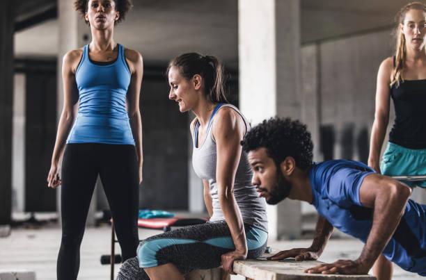Grupo de jovens que exercitar em uma academia - foto de acervo