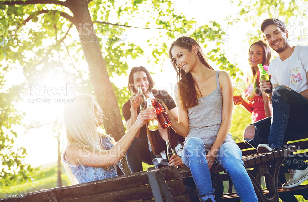 Eine Gruppe von Jugendlichen Spaß haben im Freien – Foto