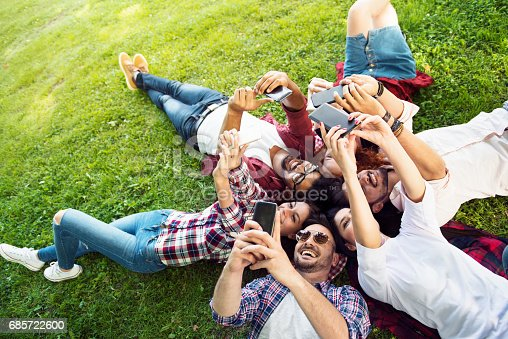 Group Of Young People Having Fun Outdoors - 20代のストックフォトや画像を多数ご用意