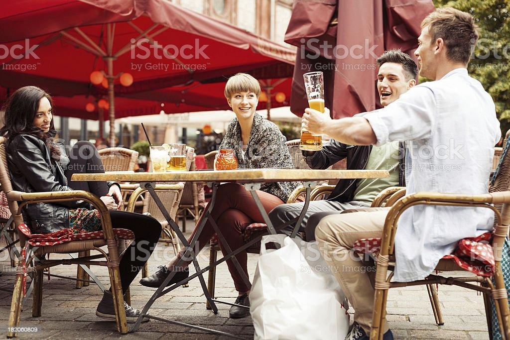 Gruppo di giovani in un caffè di strada - foto stock
