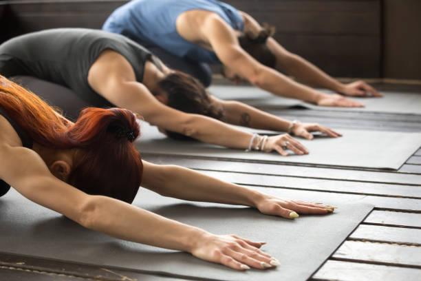 一群年輕人在兒童姿勢, 關閉 - 瑜珈 個照片及圖片檔