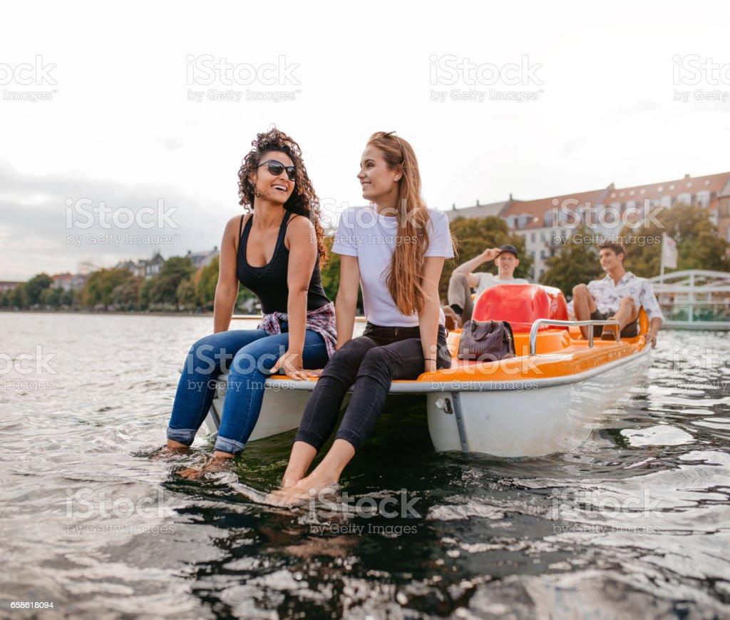 Grupo de jóvenes en un barco de pedales - foto de stock