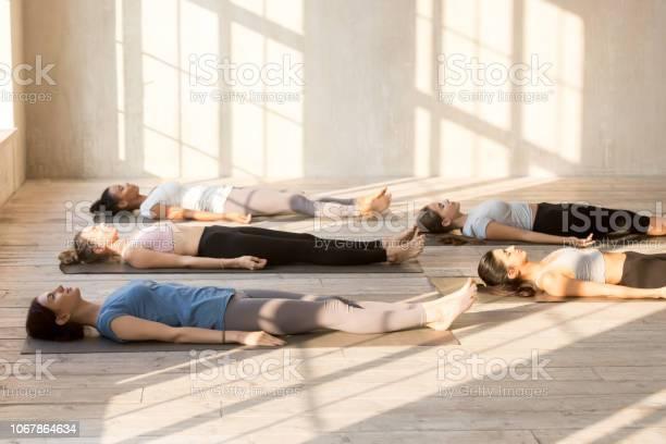 Gruppe Von Jugendlichen Üben Yoga Lektion Leiche Zu Tun Stockfoto und mehr Bilder von Liegen