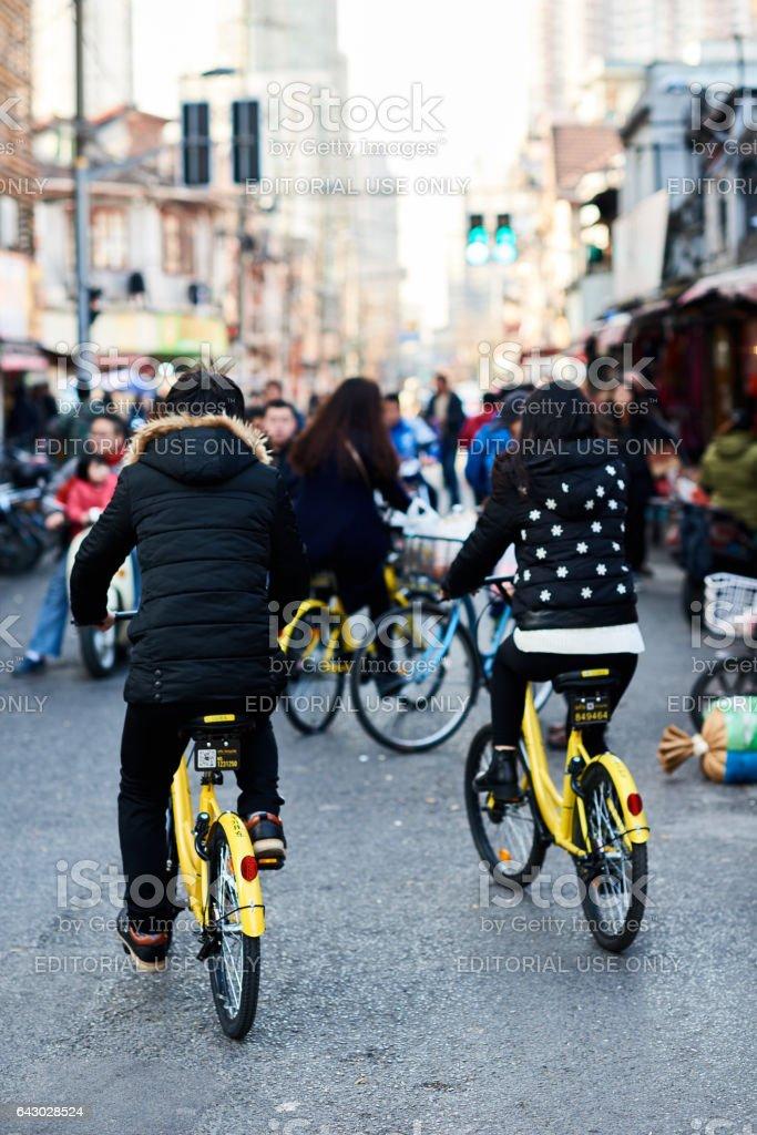 Groupe de jeunes «Ofo» bicyclettes d'équitation - Photo