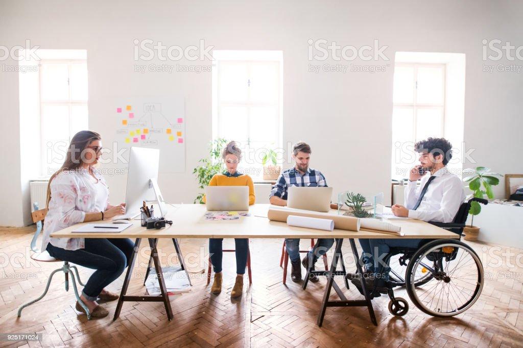 Gruppe von Jugendlichen, die gemeinsam in einem Büro gearbeitet. – Foto
