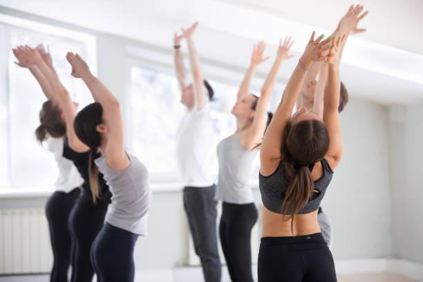 gruppe von junge sportliche menschen praktizieren yoga lektion tun tadasana - danke an lehrerin stock-fotos und bilder