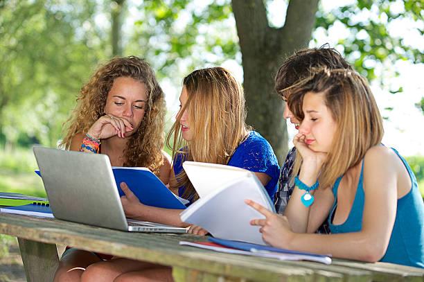 Gruppe von jungen Studenten mit laptop im Freien – Foto