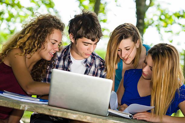 Gruppe von jungen Studenten mit laptop im Freien, Italien – Foto