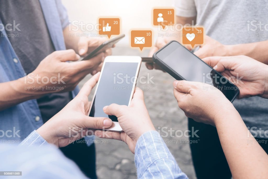 Gruppe von jungen Teen, die Benutzung von Mobiltelefonen. – Foto